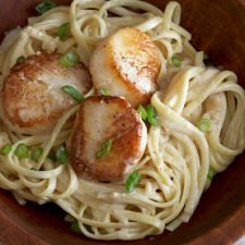 Linguine with Lemon Cream and Sautéed Scallops